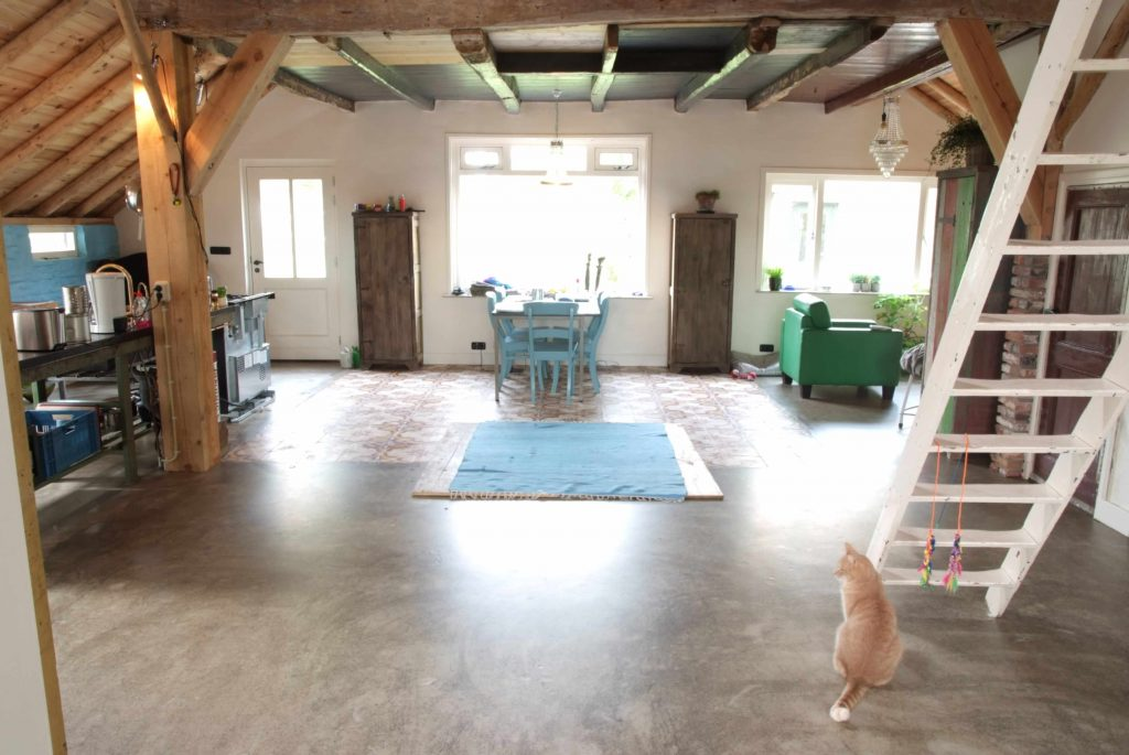 Gietvloer in combinatie met houten vloer